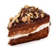 Pedazo de torta de chocolate con el cacahuete aislado Fotografía de archivo