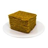 Pedazo de torta de chocolate con el caramelo aislado en blanco imagen de archivo libre de regalías