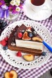 Pedazo de torta de chocolate con la fruta poner crema y fresca Imagen de archivo libre de regalías
