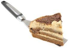 Pedazo de torta de chocolate en la espátula Fotografía de archivo libre de regalías