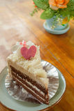 Pedazo de torta de chocolate en la placa Imagenes de archivo