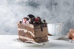 Pedazo de torta de chocolate en una placa y una taza de café Fotografía de archivo libre de regalías