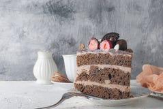 Pedazo de torta de chocolate en una placa y una taza de café Imágenes de archivo libres de regalías