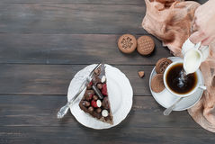 Pedazo de torta de chocolate en una placa y una taza de café Fotografía de archivo