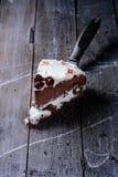 Pedazo de torta de chocolate hecha en casa fotografía de archivo