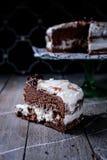 Pedazo de torta de chocolate hecha en casa fotos de archivo libres de regalías