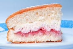 Pedazo de torta de esponja Imagen de archivo libre de regalías