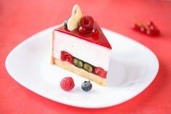 Pedazo de torta de las bayas del verano con crema batida del coco Fotografía de archivo