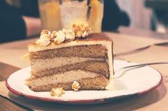 Pedazo de torta del caramelo de las palomitas Foto de archivo