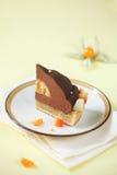 Pedazo de torta del chocolate, del mango y de la macadamia Fotos de archivo libres de regalías