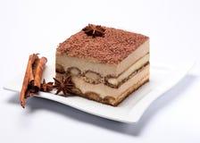 Pedazo de torta del tiramisu en la placa blanca Imagenes de archivo