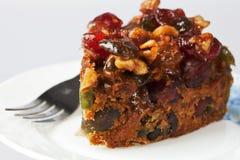 Pedazo de torta deliciosa de la fruta y de la tuerca Imágenes de archivo libres de regalías