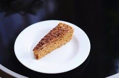Pedazo de torta en la placa blanca Fotos de archivo