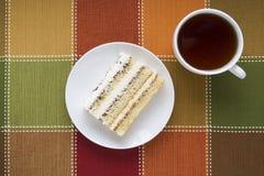 Pedazo de torta en una placa Foto de archivo libre de regalías