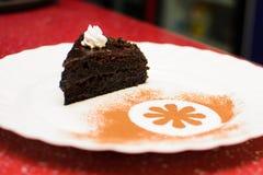Pedazo de torta en una placa blanca Imagen de archivo