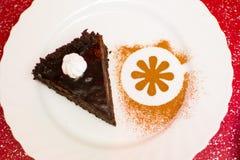 Pedazo de torta en una placa blanca Fotos de archivo libres de regalías