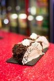 Pedazo de torta en una placa blanca Imagenes de archivo