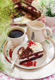 Pedazo de torta hecha en casa fresca del bosque negro Imagen de archivo