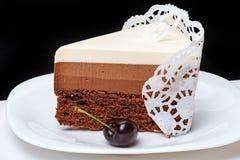 Pedazo de torta y de cereza Foto de archivo libre de regalías