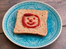 Pedazo de tostada con una cara divertida Fotos de archivo