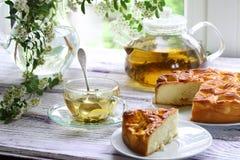 Pedazo de una empanada con un relleno de los albaricoques y del té en el ¾ Ð del ¿Ñ€Ð de з Imagen de archivo libre de regalías
