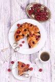 Pedazo de una empanada de la cereza y de un té fragante Fotos de archivo libres de regalías