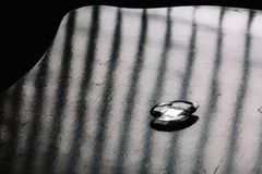 Pedazo de vidrio en un fondo oscuro fotografía de archivo