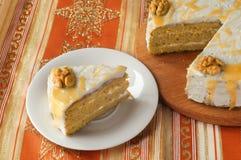 Pedazo del corte de la torta de zanahoria en la tabla Imagen de archivo libre de regalías