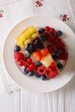 Pedazo delicioso de primer de la jalea de la torta de la fruta en una placa Vertica fotografía de archivo