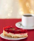 Pedazo dulce de la fresa de torta y de taza de té Imágenes de archivo libres de regalías