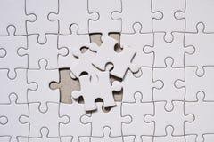 pedazo en blanco blanco del rompecabezas Concepto del negocio para completo y el trabajo en equipo imágenes de archivo libres de regalías