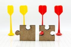 Pedazo en el tablero del rompecabezas, uso del rompecabezas de la imagen para solucionar los problemas, concepto del fondo Imagenes de archivo