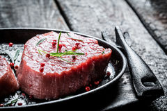 Pedazo fresco de la asación de carne roja con romero fotografía de archivo libre de regalías