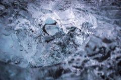 pedazo grande de hielo en una playa negra Imagen de archivo