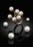 Pedazo macro de la joyería, anillo con las perlas en fondo negro Fotos de archivo