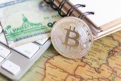 Pedazo-moneda colocada en un mapa del mundo El usar como concepto del negocio Fotografía de archivo libre de regalías