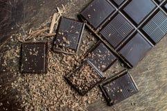 Pedazo oscuro del chocolate con el fondo Foto de archivo