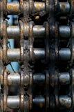 Pedazo oxidado de cadena del motor de una máquina vieja foto de archivo libre de regalías