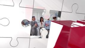 Pedazo rojo que desbloquea dominante de rompecabezas que muestra businesspartners libre illustration