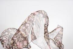 Pedazos abstractos de vuelo de la tela, tiro del estudio, movimiento de la bufanda Imágenes de archivo libres de regalías