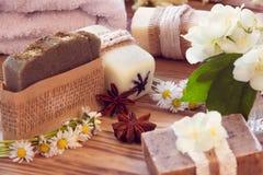 Pedazos adornados de diverso jabón seco con un jazmín, margarita, anis Fotografía de archivo libre de regalías