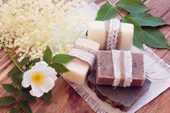 Pedazos adornados de diverso jabón seco con una rosa y una anciano Imágenes de archivo libres de regalías