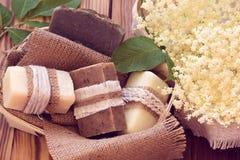 Pedazos adornados de diverso jabón seco en una cesta con el elde blanco Imágenes de archivo libres de regalías