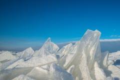 Pedazos agudos de hielo contra el cielo azul Foto de archivo
