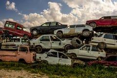 Pedazos aherrumbrados dañados del coche Fotos de archivo