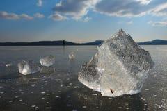Pedazos al aire libre rotos naturales de la pista de patinaje de hielo de hielo brillante Burbujas de aire foto de archivo libre de regalías