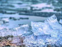 Pedazos azules y blancos de hielo quebrado Fusión de los pedazos quebrados del hielo, masas de hielo flotante machacadas imagenes de archivo