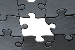 Pedazos blancos y negros del rompecabezas Fotos de archivo libres de regalías