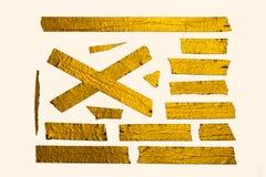 Pedazos brillantes de la cinta del oro foto de archivo