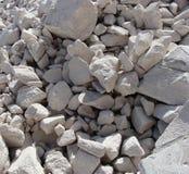 Pedazos concretos blancos grandes apilados en una pila Fotografía de archivo